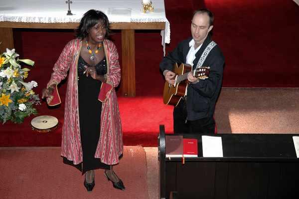 Jenny Bell und Wolfgang Hammer spielen in der Kirche.